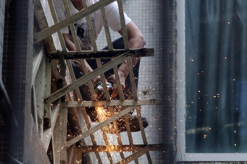 άνδρας που εργάζεται και κόβει σίδερα