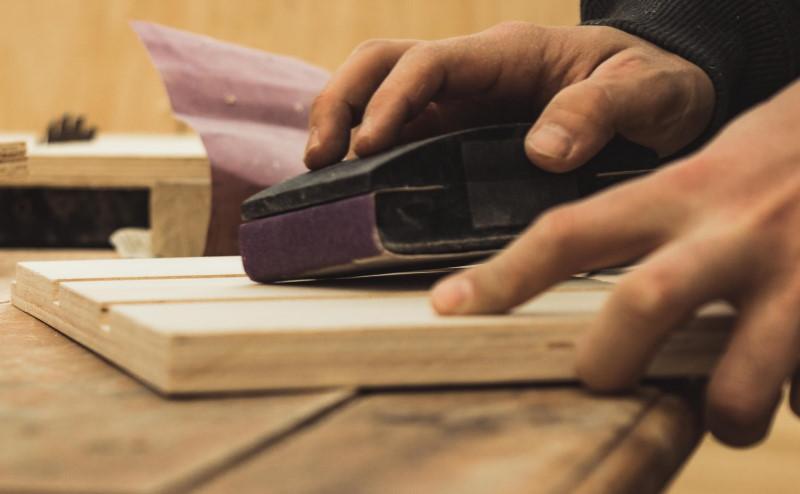 Επεξεργασία ξύλου από αντρικά χέρια
