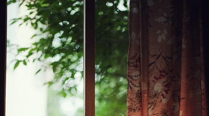 Ξύλινο παράθυρο με ένα δέντρο έξω