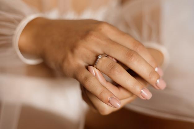 Φορεμένο μονόπετρο δαχτυλίδι