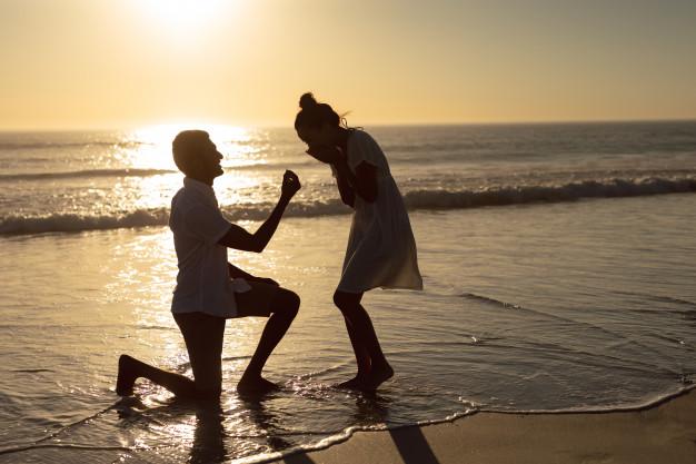 Πρόταση γάμου στη παραλία