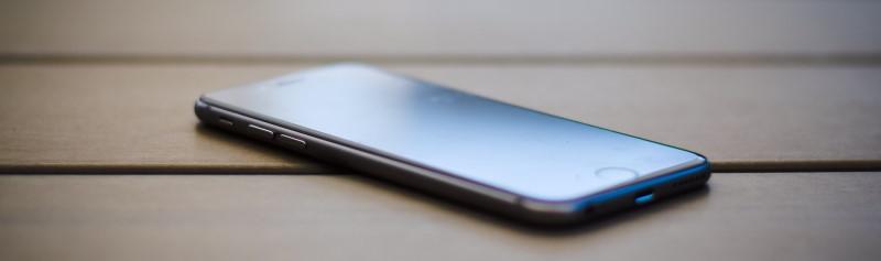 iPhone με μαύρη οθόνη επάνω σε τραπέζι