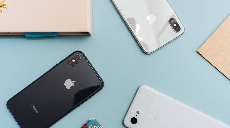 Κινητά iPhone επάνω σε τραπέζι